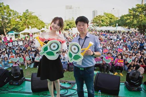 (歌手朱俐靜(左)與第一銀行劉培文副總經理(右)一同與民眾歡度「夏日午後草地音樂會」)(圖/一銀文教基金會提供)