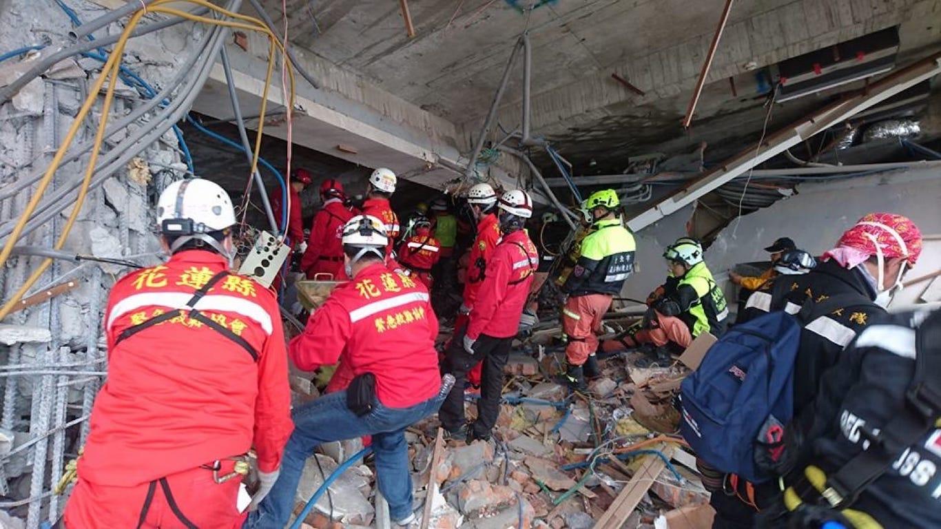 回首花蓮大地震現場  不畏風雨輪流排班的救難英雄